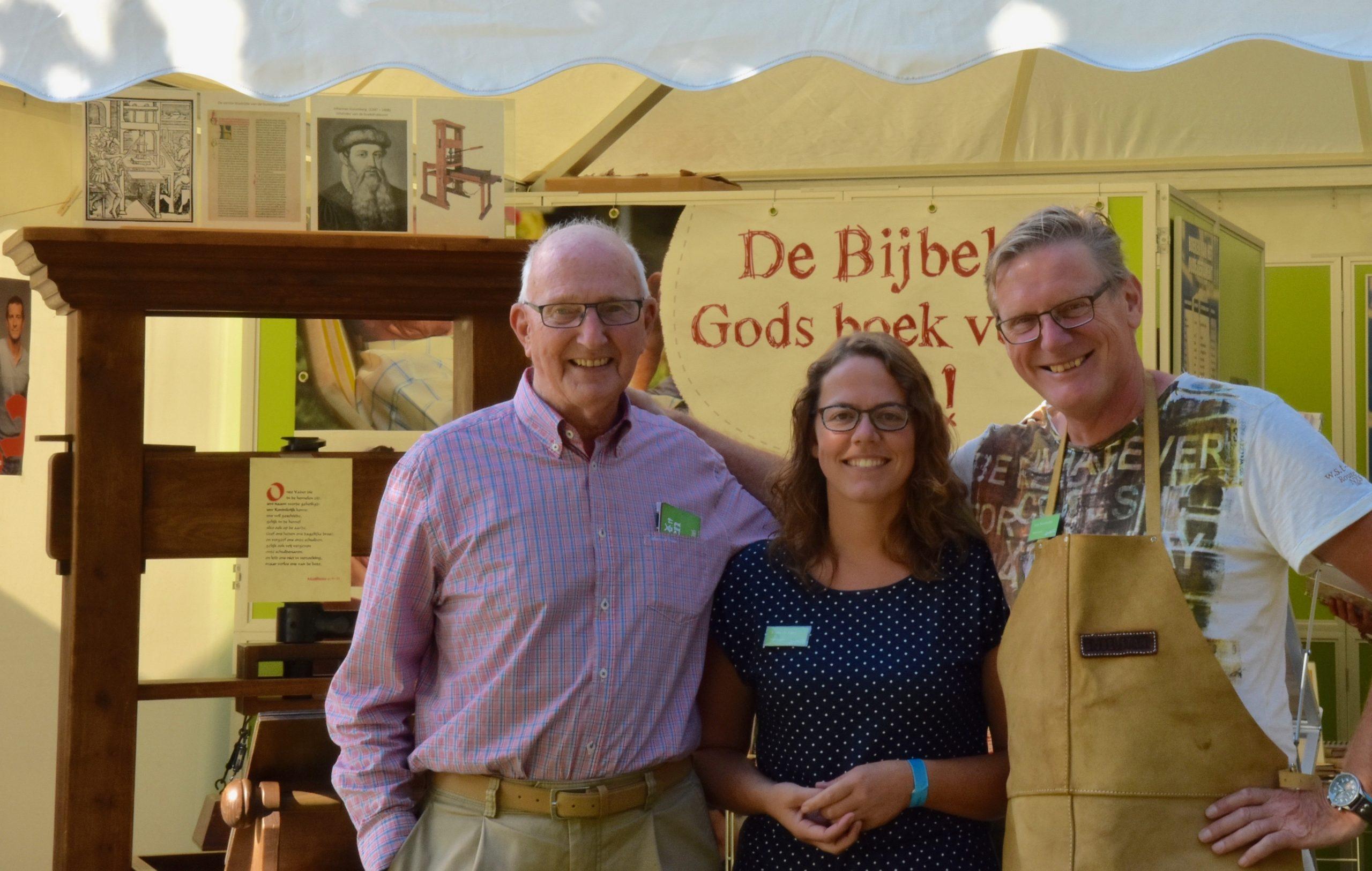 foto bij 3 generaties scaled - Bijbelstand.nl